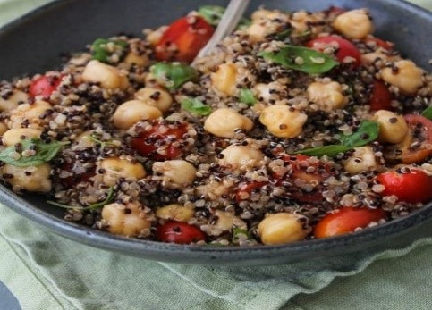 Salada de Quinoa, Grão de Bico, Tomate e Manjericão